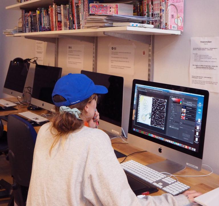 Vi arbetar med modern digital teknik och lär ut program som för bildbehandling och tryck.
