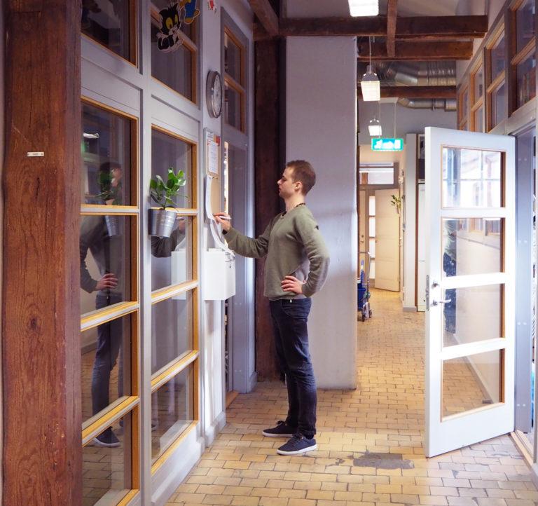 Korridoren som leder mellan stora och lilla ateljén och köket binder samman klasserna.