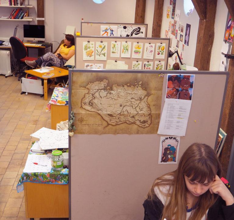 I den mindre ateljén sitter deltagarna i kursen Serieprojekt och arbetar självständigt i personliga bås.